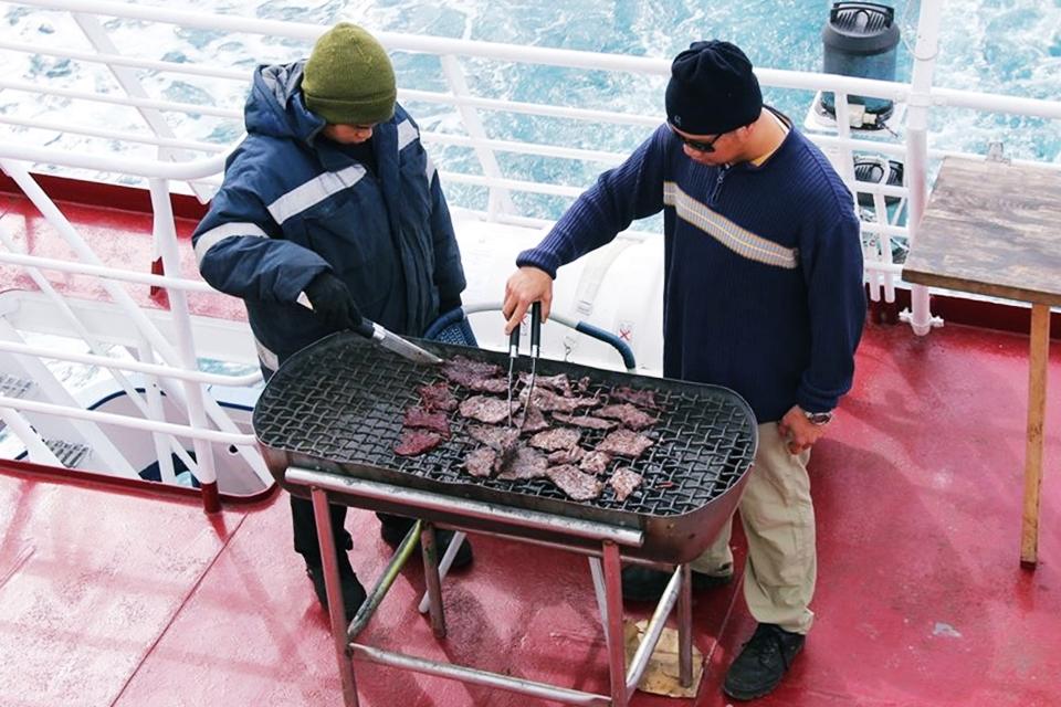 Teknede balina eti ve votka veriliyor. Tadı cigere benziyor :)